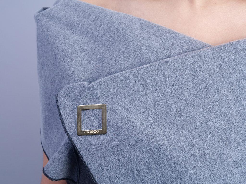 Chaleco 7-en-1 denim lana broche