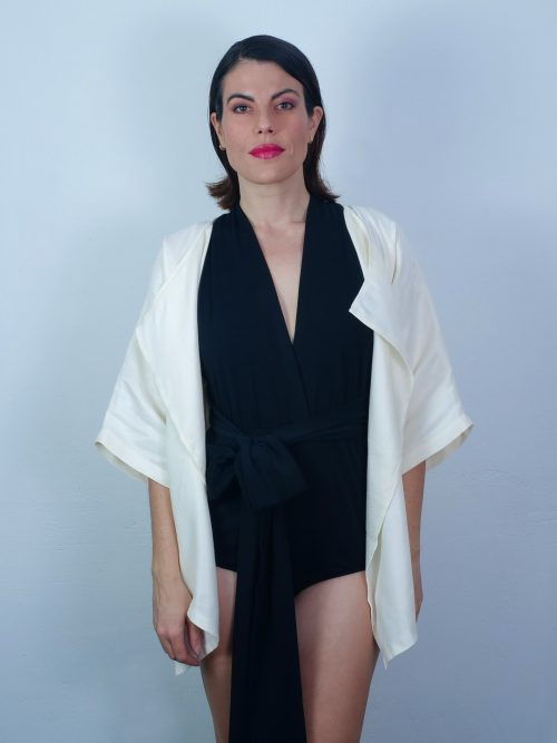 Bañador entrelazado con kimono blanco moda sostenible